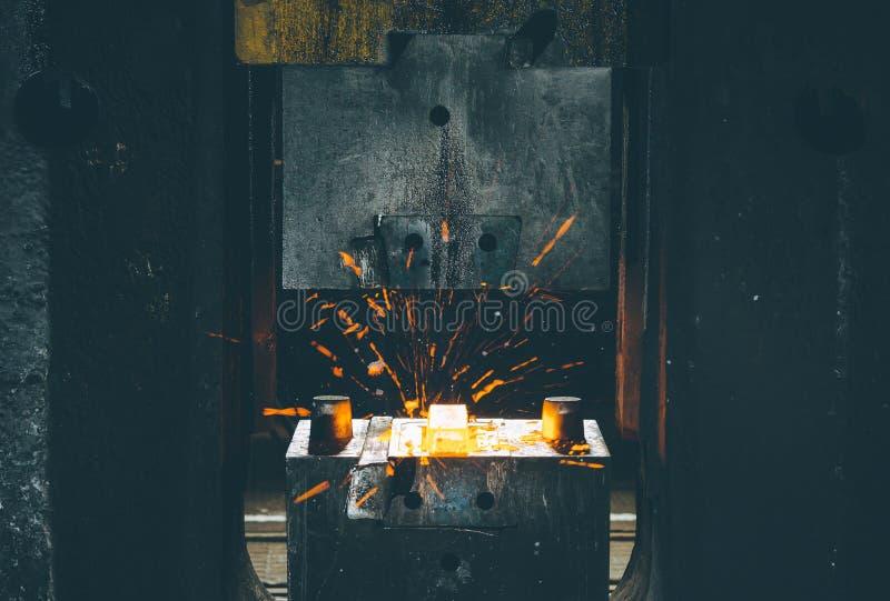 El proceso de forjar el metal fotografía de archivo libre de regalías