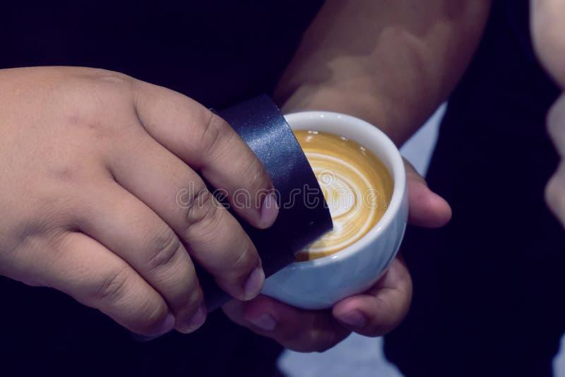 El proceso de hacer el café foto de archivo