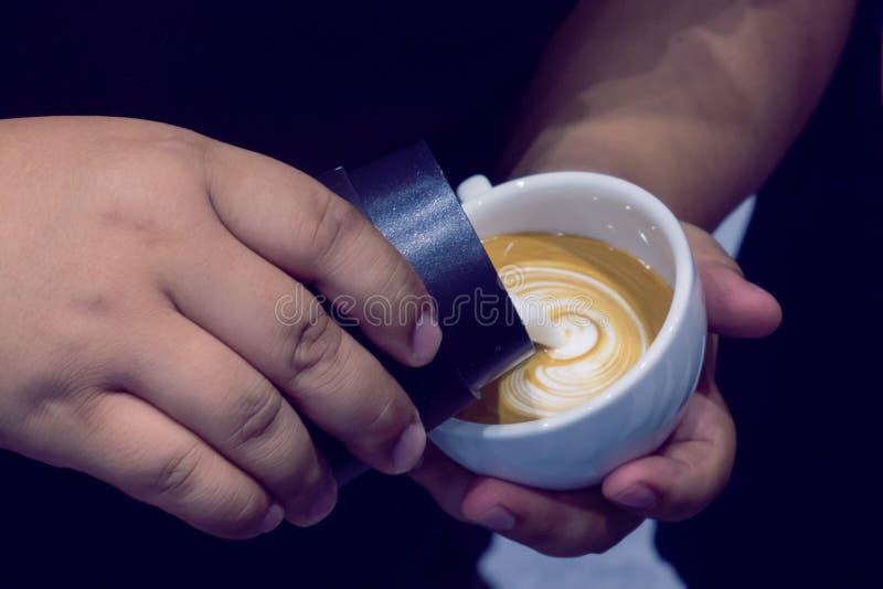 El proceso de hacer el café fotografía de archivo libre de regalías