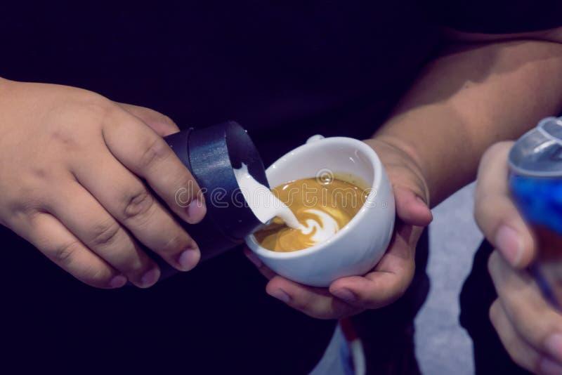 El proceso de hacer el café imagen de archivo