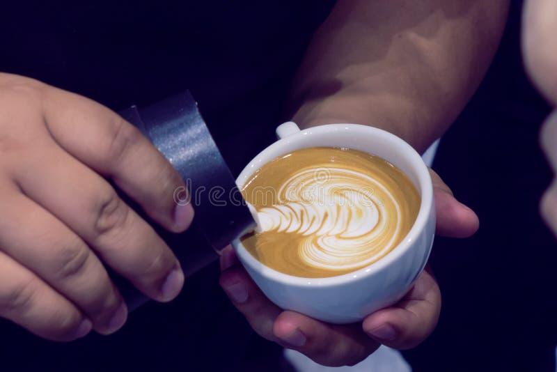 El proceso de hacer el café foto de archivo libre de regalías