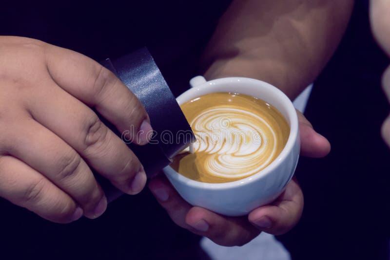 El proceso de hacer el café imágenes de archivo libres de regalías