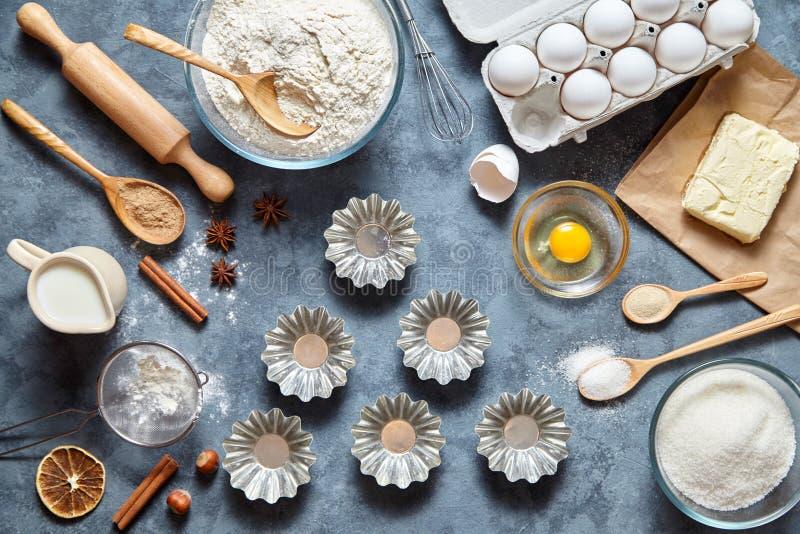 El proceso de hacer la pasta de la torta en bakeware del metal Vector con los ingredientes de la hornada Cueza el concepto dulce  foto de archivo