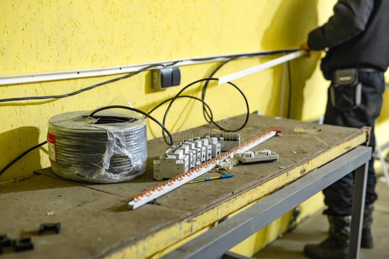 El proceso de instalar comunicaciones eléctricas fotografía de archivo libre de regalías