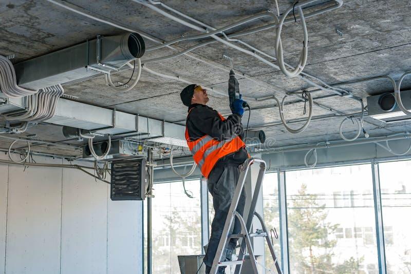 El proceso de instalar el montaje acorta para un alambre acanalado w imagen de archivo
