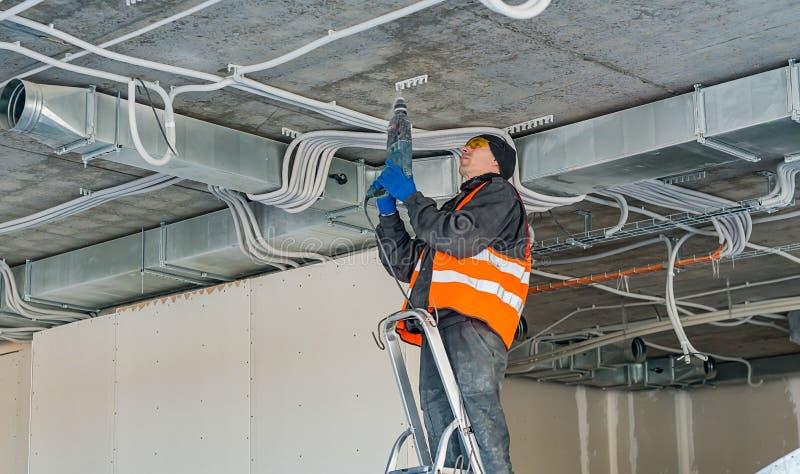 El proceso de instalar el montaje acorta para un alambre acanalado w fotografía de archivo