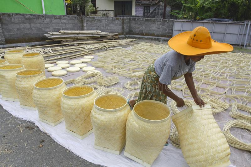 El proceso de la cesta de bambú imagen de archivo libre de regalías