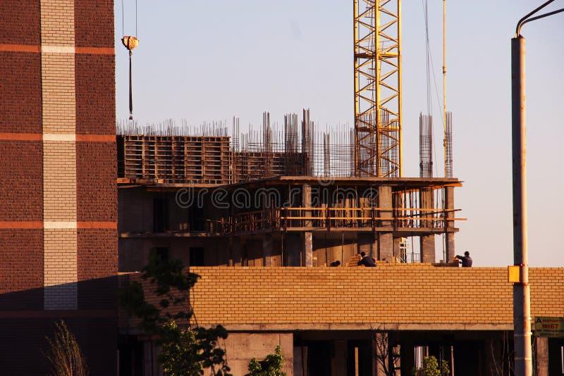 El proceso de la construcción del edificio monolítico de varios pisos Hormigón y marco metálico de las losas y de las columnas de imágenes de archivo libres de regalías