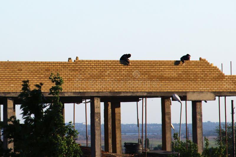 El proceso de la construcción del edificio monolítico de varios pisos Hormigón y marco metálico de las losas y de las columnas de fotografía de archivo libre de regalías