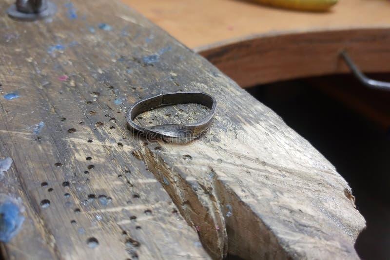 El proceso de la fabricaci?n y proceso de los anillos de oro blanco Trabajo del joyero de la mano imagen de archivo libre de regalías