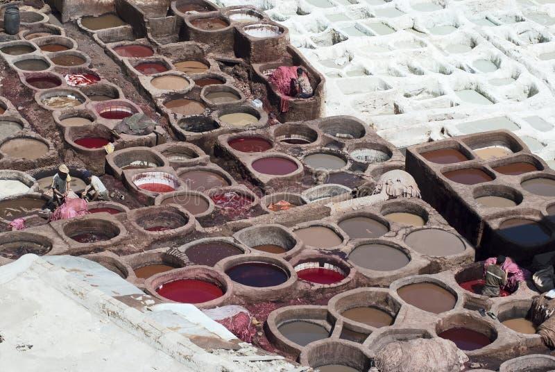 El proceso de los trabajadores oculta en piscinas que broncean coloridas en una curtiduría de cuero tradicional, Fes imágenes de archivo libres de regalías