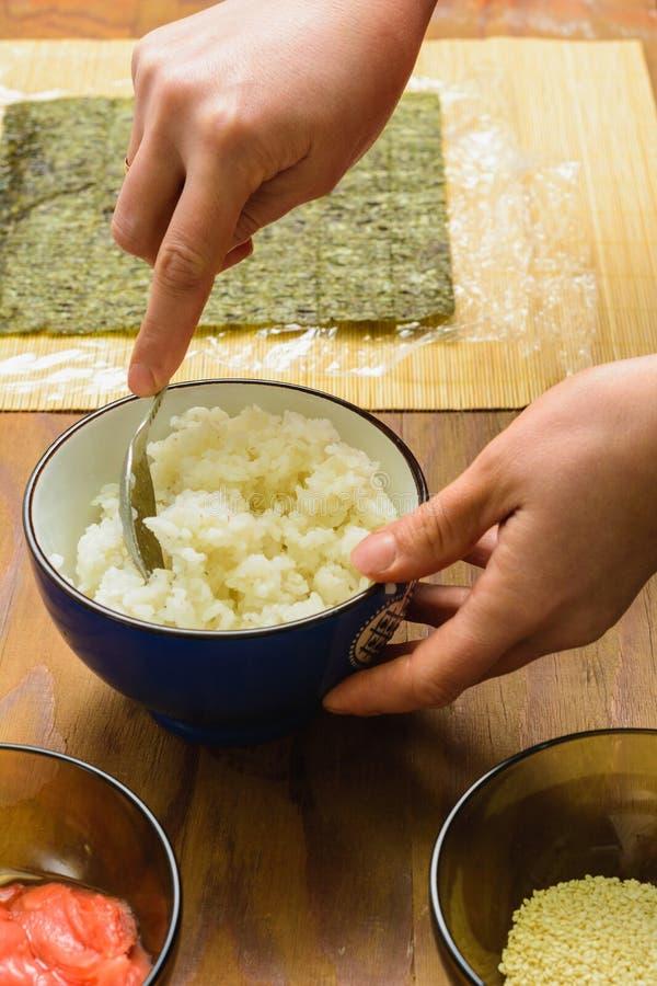 El proceso de preparar el sushi del arroz y de los ingredientes adicionales en casa imagen de archivo libre de regalías
