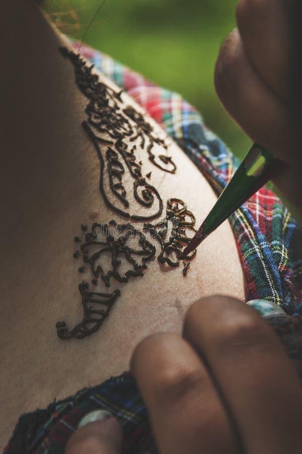 El proceso del foco del mendi del dibujo en el tatuaje fotografía de archivo libre de regalías