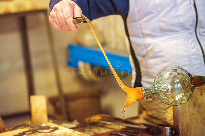 El proceso del vidrio de Murano, Venecia, Véneto, Italia Un vidriero principal que trabaja con el más famoso del vidrio del muran imagenes de archivo