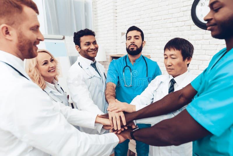 El profesional doctor a Holding las manos foto de archivo libre de regalías