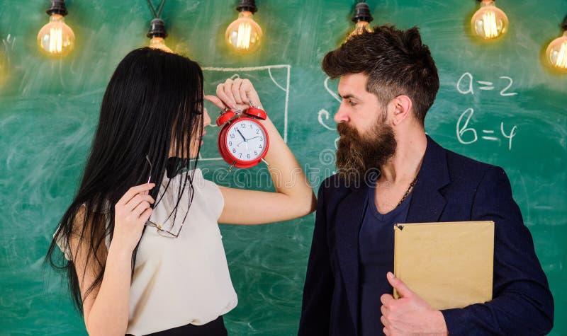 El profesor de la señora y el profesor estricto cuidan sobre disciplina y reglas en escuela La escuela gobierna concepto Hombre c fotos de archivo