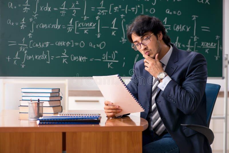El profesor de matem?ticas de sexo masculino joven en sala de clase imágenes de archivo libres de regalías