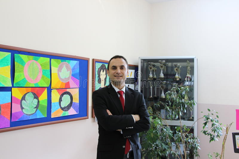 El profesor de sexo masculino en el pasillo de la escuela imágenes de archivo libres de regalías