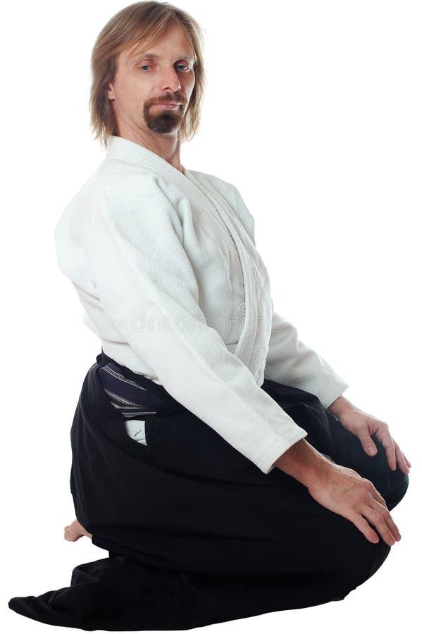 El profesor del aikido se sienta y para atack que espera foto de archivo