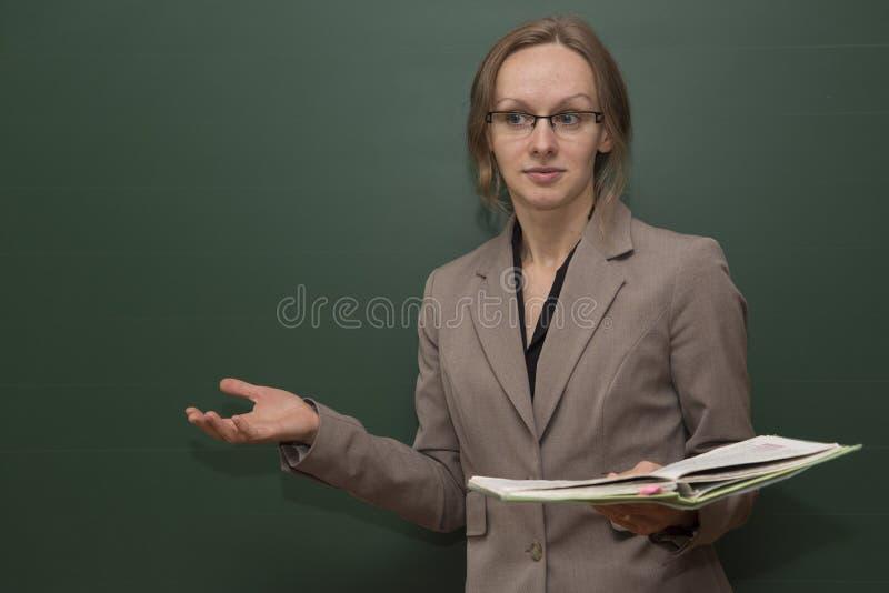 El profesor está acogiendo con satisfacción la clase fotografía de archivo libre de regalías
