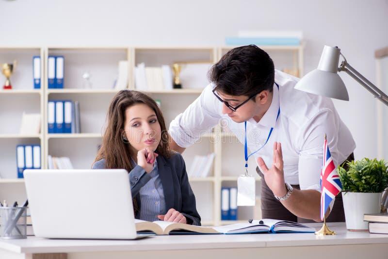 El profesor que explica al estudiante en la formación lingüística imagenes de archivo