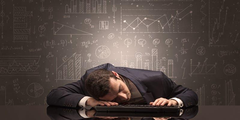 El profesor se cay? dormido en su lugar de trabajo con concepto completo de la pizarra del drenaje fotografía de archivo libre de regalías
