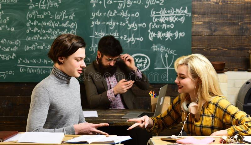 El profesor transporta el sentido de la dirección a los estudiantes Estudiante adolescente que se prepara para los exámenes en la foto de archivo libre de regalías