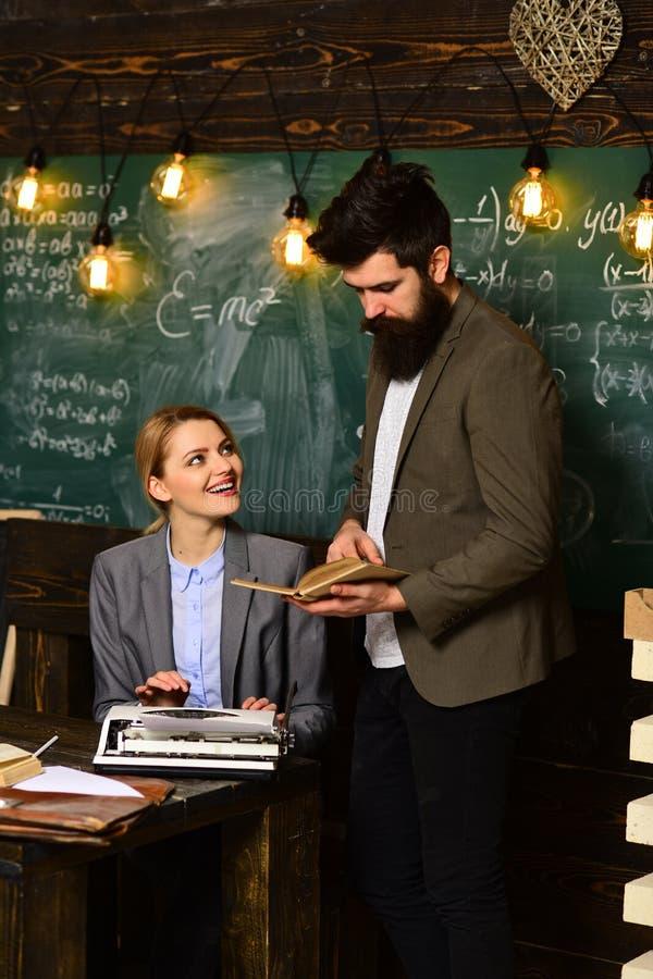 El profesor y el estudiante tienen lección Trabajo del hombre de negocios con la secretaria de la mujer en dirección de la escuel imágenes de archivo libres de regalías