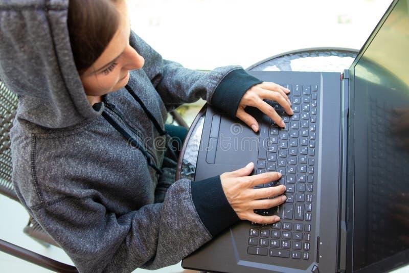 El programador del pirata informático de la mujer está trabajando en el ordenador en el centro cibernético de la seguridad llenad imagen de archivo libre de regalías