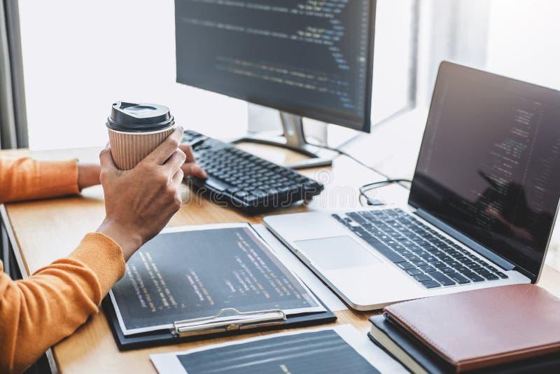 El programador profesional joven que trabaja en la programación que se convierte y la página web que trabaja en un software desar imagen de archivo libre de regalías