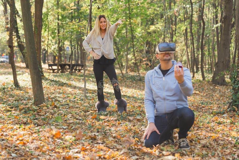 El proponer virtual hombre que propone a su muchacha virtual familia y concepto de los pares imagen de archivo