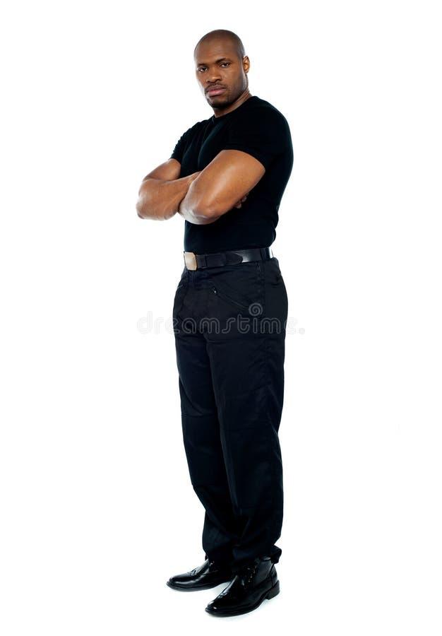 El protector de seguridad masculino con intimida cruzado imagenes de archivo