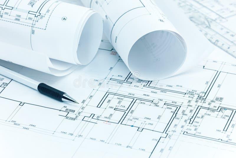 El proyecto arquitectónico planea, los rollos del modelo, el lápiz y la regla o imagenes de archivo