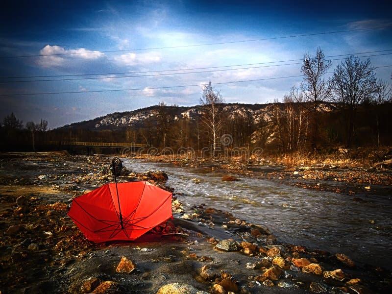 El proyecto de paraguas rojo, da a mundo un cierto color imagenes de archivo