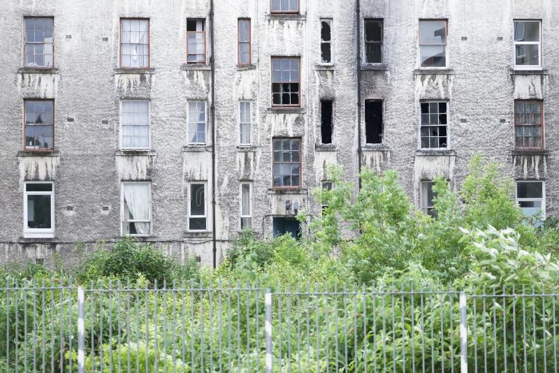 El proyecto pobre de la vivienda social ahora abandonó y derrelicto usado por los consumidores de droga como posición en cuclilla imagen de archivo