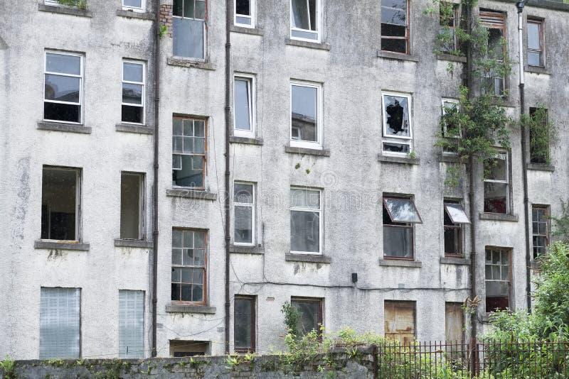 El proyecto pobre de la vivienda social ahora abandonó y derrelicto usado por los consumidores de droga como posición en cuclilla imágenes de archivo libres de regalías