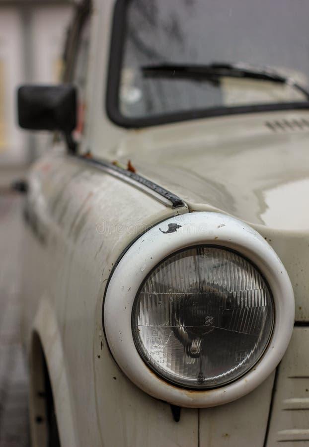El proyector delantero del coche trabante viejo foto de archivo