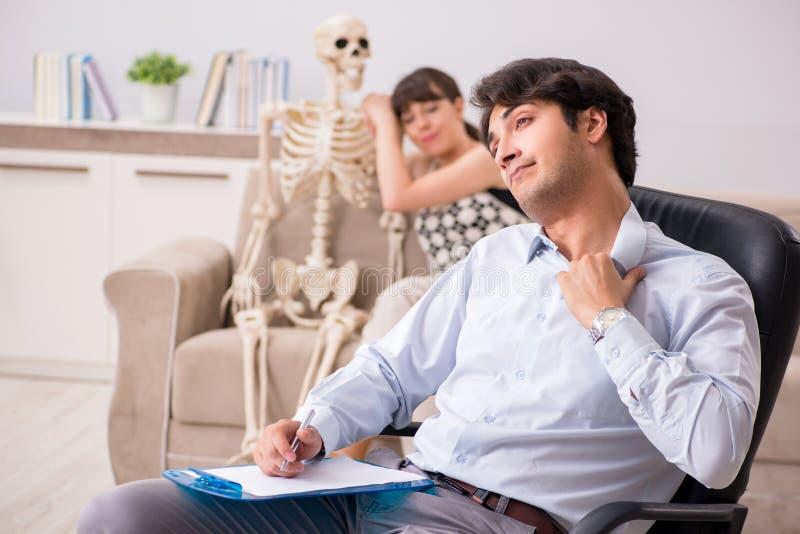 El psicólogo que visita paciente joven para la terapia fotos de archivo
