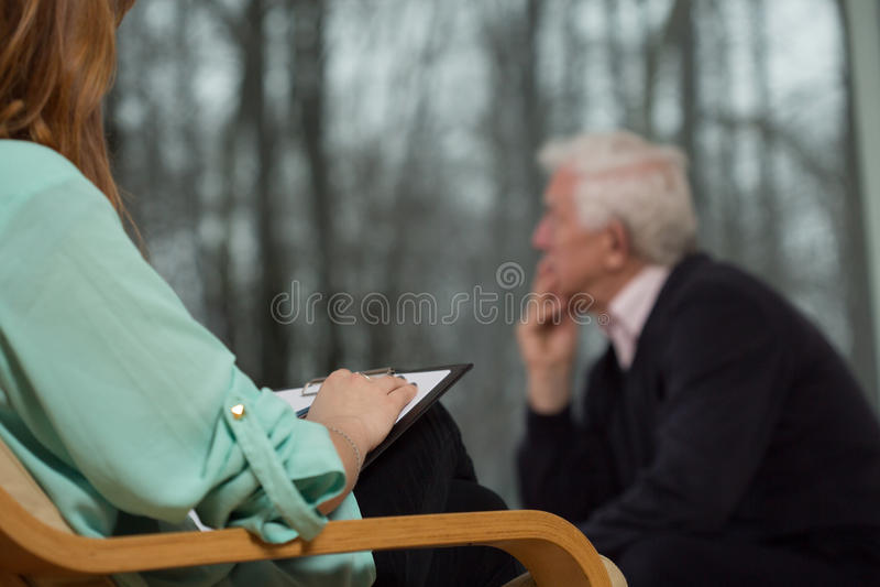 El psicoterapeuta escucha su cliente