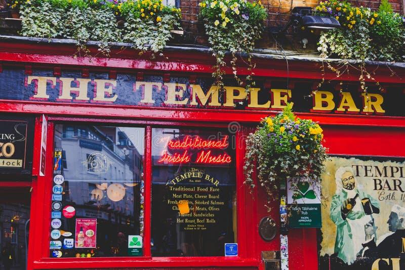 El pub en Dublín, discutible el traditio más popular de la barra del templo imagen de archivo