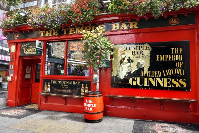 El Pub viejo en el centro de ciudad de Dublín foto de archivo libre de regalías