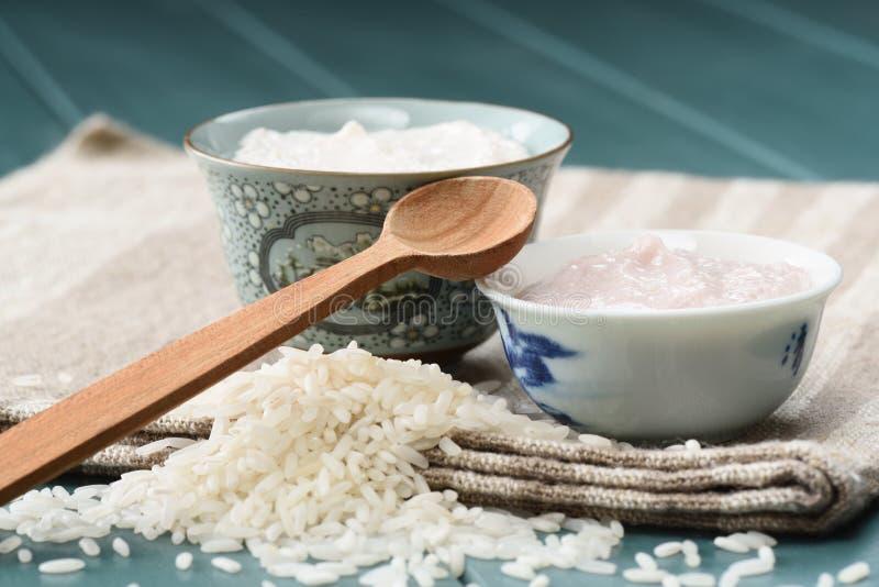 El pudín de arroz hecho en casa en cuencos chinos encendido lilen el paño foto de archivo