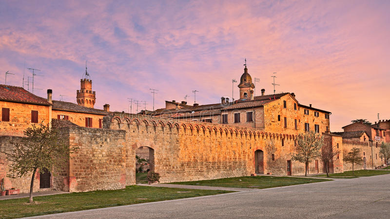 El pueblo Buonconvento en la provincia de Siena, Toscana, Italia imagen de archivo