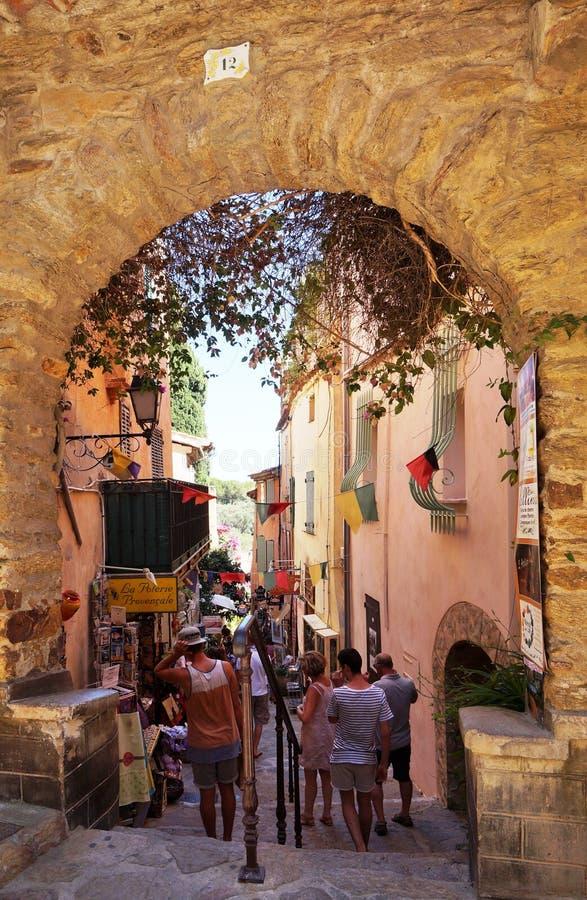El pueblo de Bormes-les-mimosas en el Cote d'Azur imagen de archivo