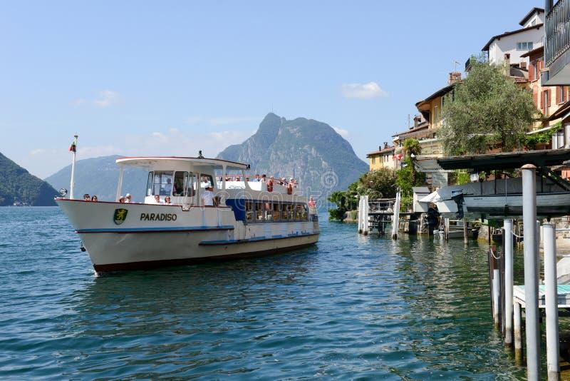 El pueblo de Gandria en el lago Lugano fotografía de archivo