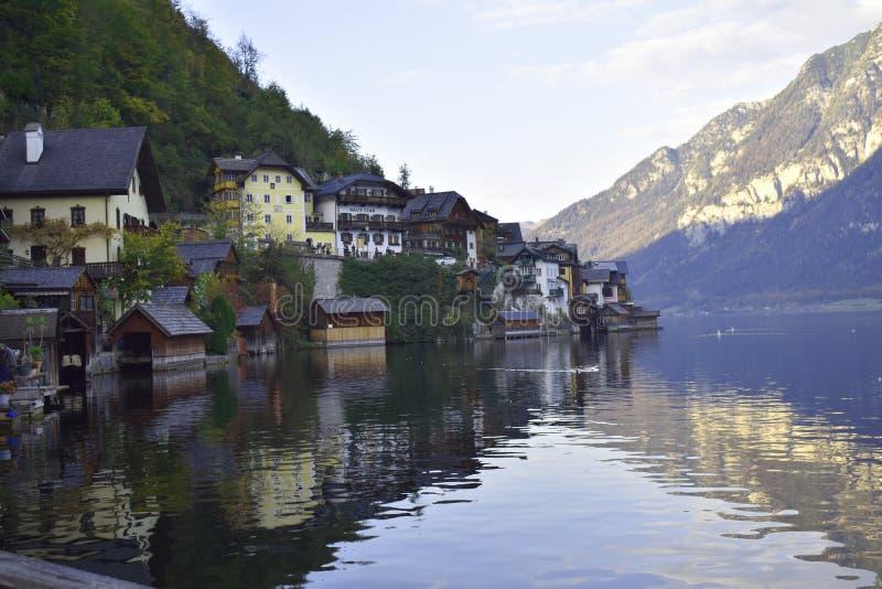 El pueblo de Halstat en Austria y el lago imagenes de archivo