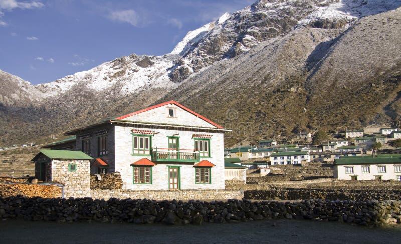 El pueblo de montaña de la región de everest del khumjung foto de archivo
