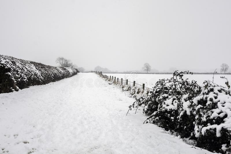 El pueblo de poco kineton en la nieve y el hielo foto de archivo