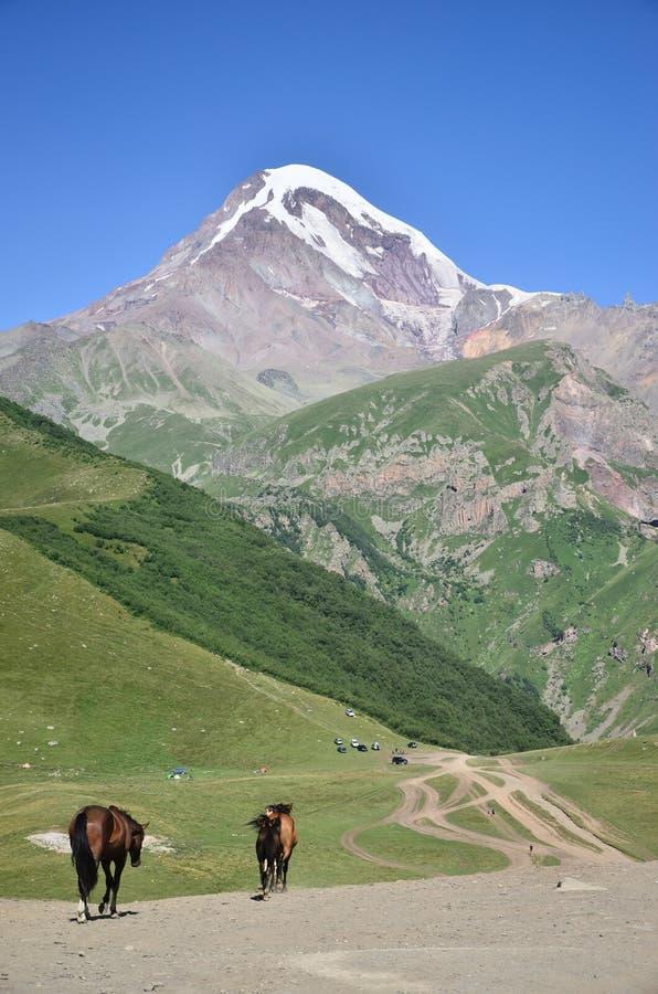 El pueblo del soporte Kazbek y de Gergeti - la visión desde Stephantsminda, Georgia imagen de archivo libre de regalías