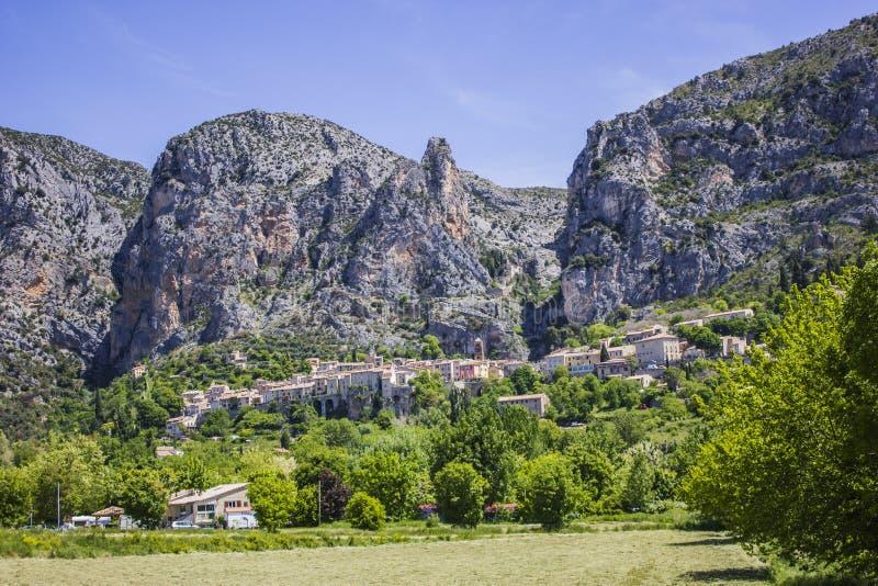 Download El pueblo en la montaña foto de archivo. Imagen de rocoso - 42436364
